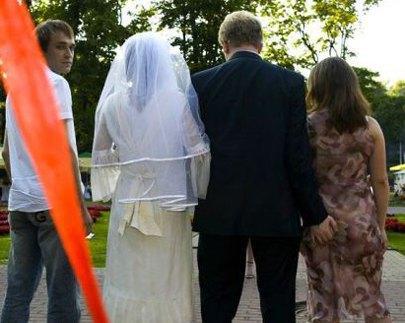 Hol a keze a vőlegénynek?